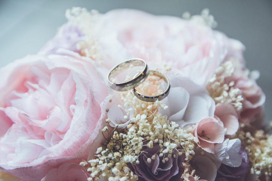 Runo hääparille kukat ja sormukset